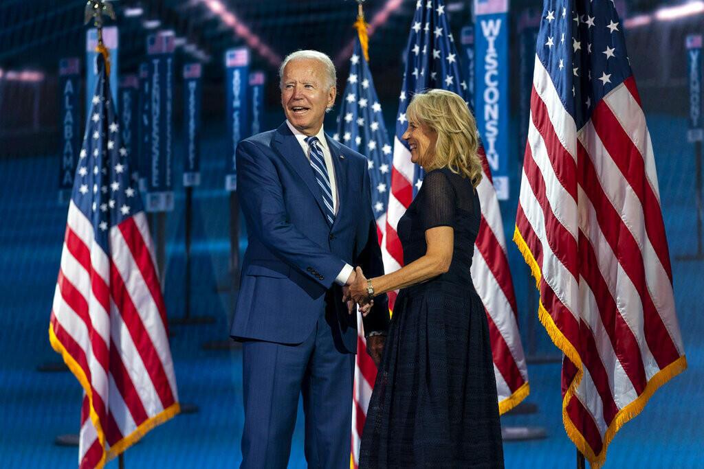 Le candidat démocrate à la présidentielle et ancien vice-président Joe Biden et son épouse Jill Biden, montent sur scène lors de la 3e journée de la Convention nationale démocrate, le 19 août 2020, au Chase Center de Wilmington (Delaware).
