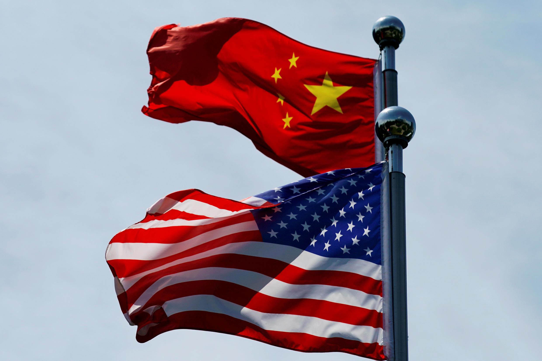 Hình minh họa. Cờ Mỹ -Trung Quốc tại Thượng Hải được treo nhân cuộc đối thoại thương mại hai nước hôm 30/06/2019.