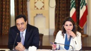 La ministre de l'Information Manal Abdel Samad aux côtés du Premier ministre libanais Hassan Diab le 24 avril 2020 à Beyrouth.