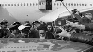آیتالله خمینی پس از پیاده شدن از هواپیمای ایرفرانس که او را از پاریس به تهران آورده بود - ١٢ بهمن ١٣۵٧/ ١ فوریه ١٩٧٩