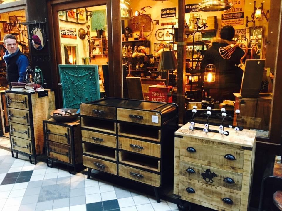 Một cửa hàng bán đồ trang trí nội thất xinh xắn trong hẻm Le Grand-Cerf.