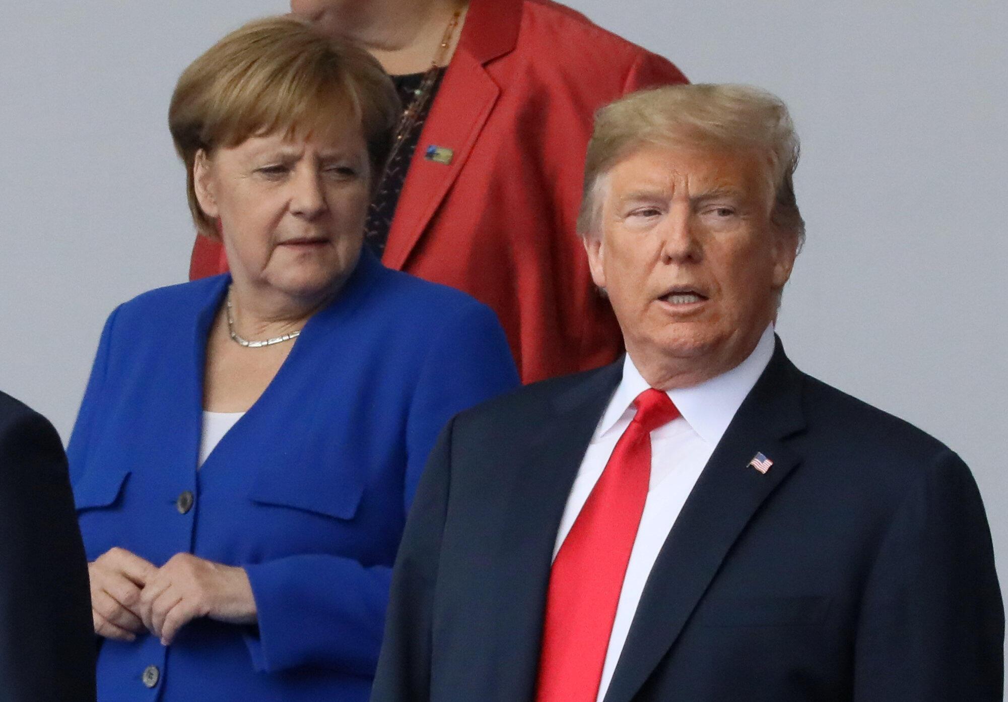 """Trump garantiu hoje ter """"boas relações"""" com Merkel, poucas horas depois de ter lançado violentas críticas contra a Alemanha, na cimeira da NATO, neste 11 de Julho, em Bruxelas."""