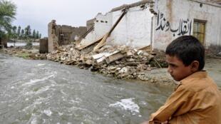 Một em bé trước ngôi nhà bị lũ lụt phá nát trong tỉnh Punjab hôm 25/8/2010