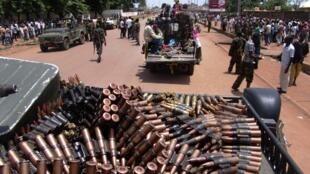 Des hommes armés de la Séléka patrouillent dans les rues de Bangui, le 26 mars 2013.