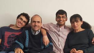 La famille Beaulier dans son salon. Lucas, Marc et Chantal accueillent Mas, réfugié bangladais, depuis huit mois, via association Singa.