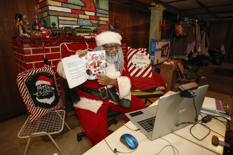 Andre Russel, vestido de Papá Noel, hace una videoconferencia con un niño desde su casa de Chicago (EEUU), el 17 de diciembre de 2020