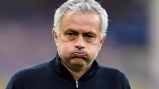 El técnico José Mourinho resopla antes del partido liguero entre el Everton y el Tottenham Hotspur disputado el 16 de abril de 2021 en la ciudad inglesa de Liverpool