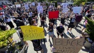 Des manifestants réclament justice après la mort de George Floyd à Minneapolis le 30 mai 2020.