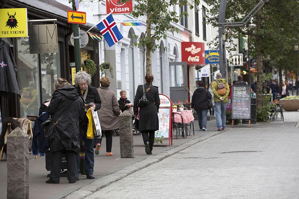 Pessoas nas ruas de Reykjavík, capital da Islândia, país considerado mais paritário do mundo