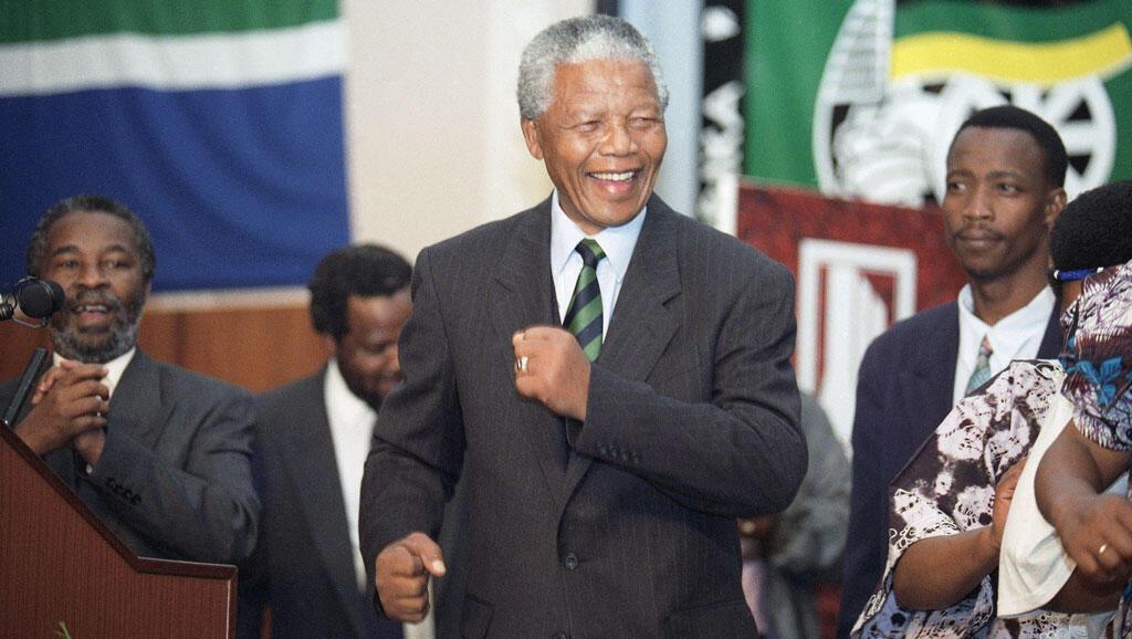 Nelson Mandela célèbre sa victoire électorale de 1994.