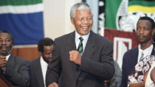 Nelson Mandela, ici en 1994, aurait eu 100 ans ce mardi. Un anniversaire célébré solidairement en Afrique du Sud.