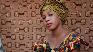 Portrait d'une fille habillée en wax, un tissu prisé dans de nombreux pays africains.