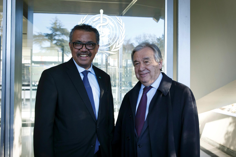 Tổng giám đốc WHO Tedros Adhanom Ghebreyesus (trái) tiếp tổng thư ký LHQ Antonio Guterres tại trụ sở WHO Genève ngày 20/02/2020.