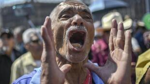 Un homme lors de la manifestation contre l'insécurité du pays, à Mexico, le 26 janvier 2020.