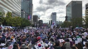 Deux millions de conservateurs étaient réunis selon les organisateurs sur la place de Ganghwamun contre le ministre Cho Kuk, accusé corruption.