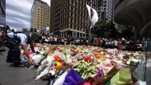 Os australianos depositaram centenas de flores em homenagem às vítimas do sequestro no Lindt Chocolate Café, de Sydney.