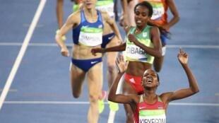 La kényane Kipyegon devance l'Ethiopienne Dibaba sur la ligne d'arrivée du 1.500 mètres.