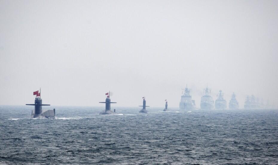 Tàu ngầm và chiến hạm Trung Quốc tham gia cuộc thao diễn hải quân quốc tế ngày 24/04/2009 ngoài khơi Thanh Đảo, nhân kỷ niệm 60 năm ngày thành lập Hải quân Trung Quốc.