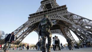 法国军人在埃菲尔铁塔周围巡逻