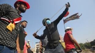 À Bagdad, des manifestants armés de lance-pierres se sont opposés aux forces de l'ordre, le 4 novembre 2019.