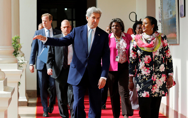 Le secrétaire d'Etat américain John Kerry en pleine discussion avec la secrétaire d'Etat aux Affaires étrangères du Kenya, Amina Mohamed, à Nairobi, le 22 août.