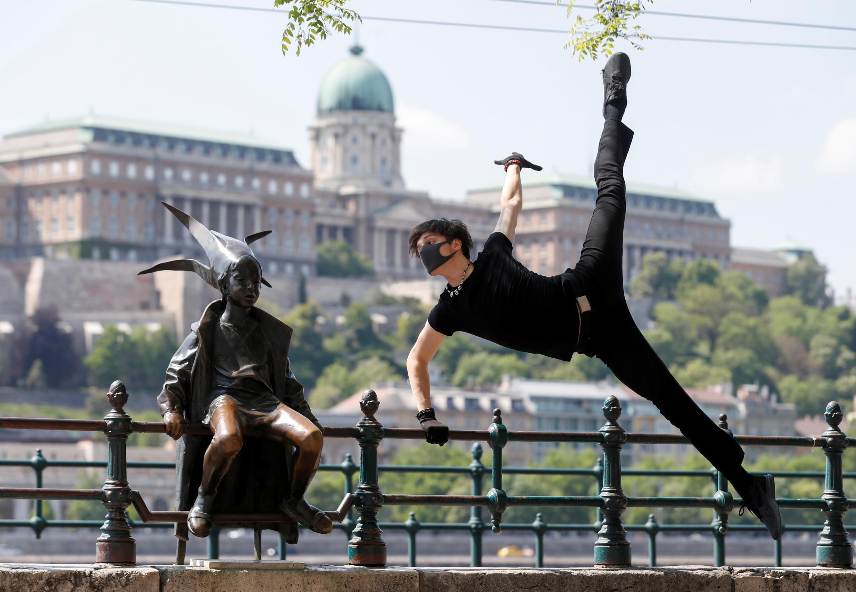 Венгерский танцор Жолт Ковач устроил перформанс в Будапеште. 28 апреля 2020 г.