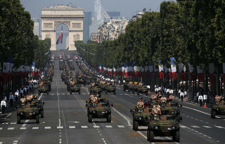 Военный парад на Елисейских полях в Париже 14 июля 2013.