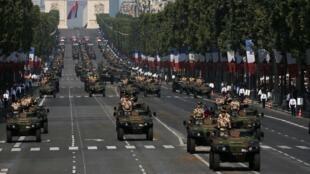 Défilé militaire sur les Champs Elysées, à Paris, lors de la fête nationale, le 14 juillet 2013.