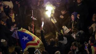 圖為巴塞羅那支持獨派民眾2018年3月23日夜示威抗議最高法院起訴獨派領袖。 路透社照片