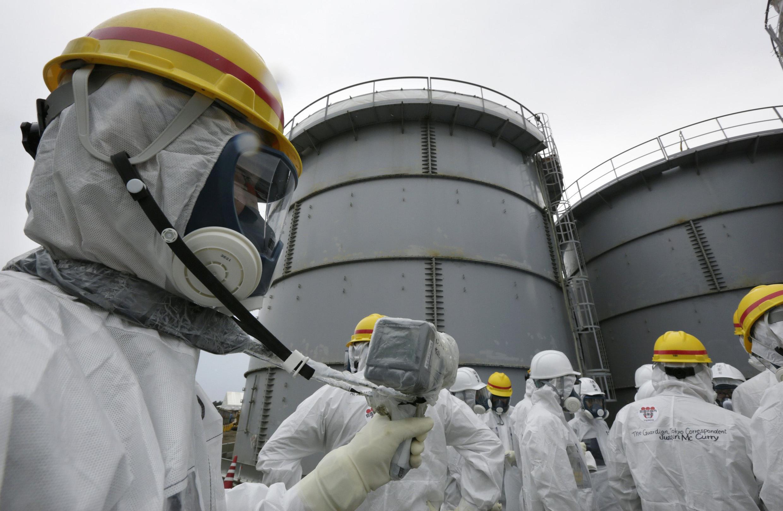 Foto do dia 7 de novembro mostra empregados da TEPCO realizando rotina de segurança em Fukushima.