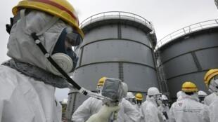 Plus de 800 000 tonnes d'eau en partie épurée sont stockées dans un millier de réservoirs sur le site de Tepco à Fukushima.