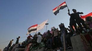 تظاهرکنندگان ضد دولت در بغداد. جمعه ۱٠ آبان/ اول نوامبر ٢٠۱٩