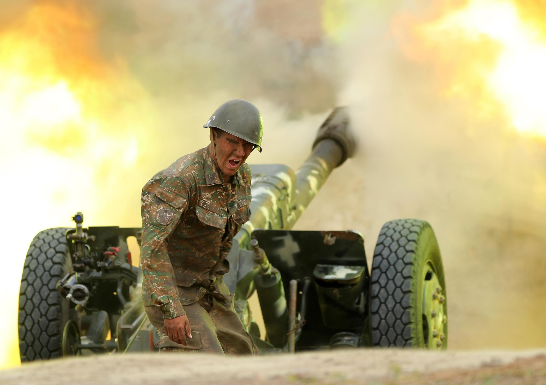 Un soldat de l'armée arménienne de défense du Karabakh tire vers les positions azerbaïdjanaises, le 28 septembre 2020.