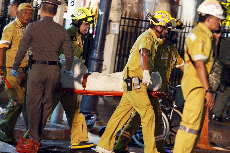 Servicios de rescate transportan el cuerpo de una víctima del atentado en un templo de Bangkok.