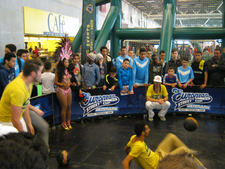 O espaço Village Brésil no Salão do Futebol contou com apresentações de rodas de capoeira e maracatu.
