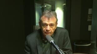 L'écrivain français Pierre Lemaitre en studio à RFI (janvier 2017).