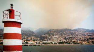 Panorâmica da cidade do Funchal coberta de fumo, Funchal, 10 de Agosto de 2016.
