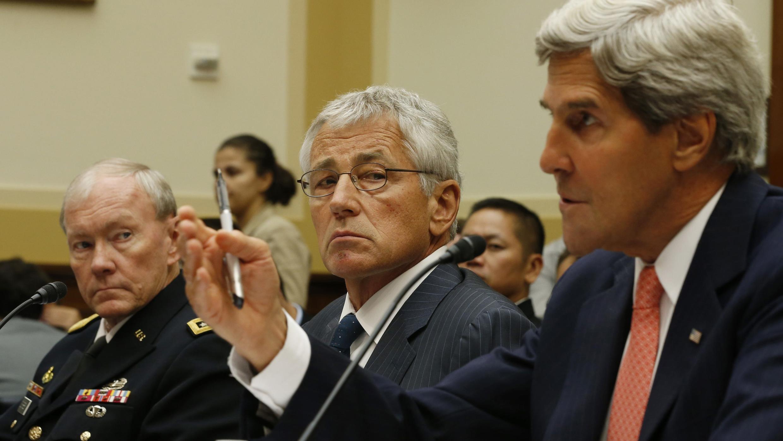 Tướng Martin Dempsey (T), Bộ trưởng Quốc phòng  Chuck Hagel (G) và ngoại trưởng John Kerry (G) trong buổi điều trần tại Ủy ban Đối ngoại Thượng viện Mỹ về  Syria  ngày 04/09/2013.