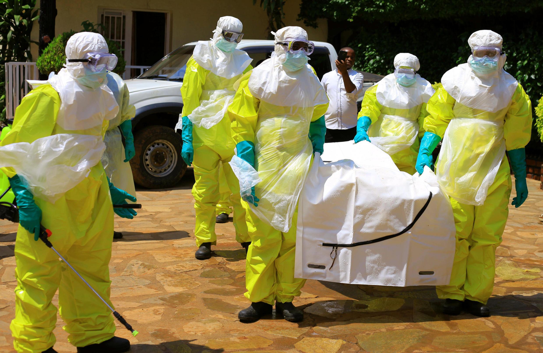 Des officiels congolais et de l'Organisation mondiale de la santé portent des combinaisons de protection alors qu'ils participent à une formation contre le d'Ebola, près de la ville de Beni, le 11 août 2018.