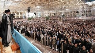 Aiatolá Khamenei,líder iraniano, discursa para multidão no Irã