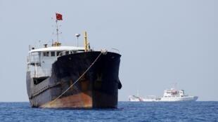 Một tàu cá mang cờ Trung Quốc được tàu tuần duyên Trung Quốc đi bảo vệ, gần bãi đá Scarborough đang có tranh chấp, Biển Đông. Ảnh chụp ngày 05/04/2017