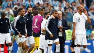 Stade de Nijni Novgorod, Russie. L'entraîneur de la France Didier Deschamps célèbre la victoire avec Kylian Mbappe après le match contre l'Urugay, le 6 juillet 2018.