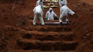 Babbar makabartar birnin Sao Poulo daake binne wadanda annobar coronavirus ta halaka.