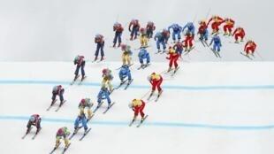Мультиэкспозиция женского полуфинала в ски-кроссе у фристайлисток Швеции (зеленый комбинезон), Канады (красный), Австрии (синий) и Швейцарии (желтый). Роза Хутор 21/02/2014