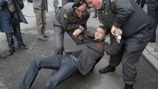 Сотрудники ОМОНа разгоняют пикет активистов движения «Левый фронт» у здания Мосгордумы