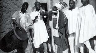 Manyan tufafi da rawani na daya daga cikin al'adun da malam Bahaushe ya gada a Najeriya