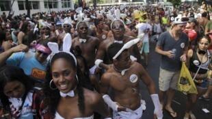 Imprensa francesa relata recordes de frequentação no carnaval do Rio de Janeiro.