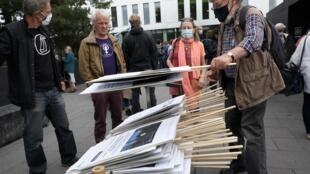 Des militants pour le climat empilent des pancartes le 24 septembre 2020.