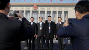 Les délégués devant le palais de l'Assemblée du peuple, à Pékin, le mardi 5 mars 2019.