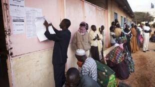 Des Sénégalais devant un bureau de vote de Dakar, en mars 2012.